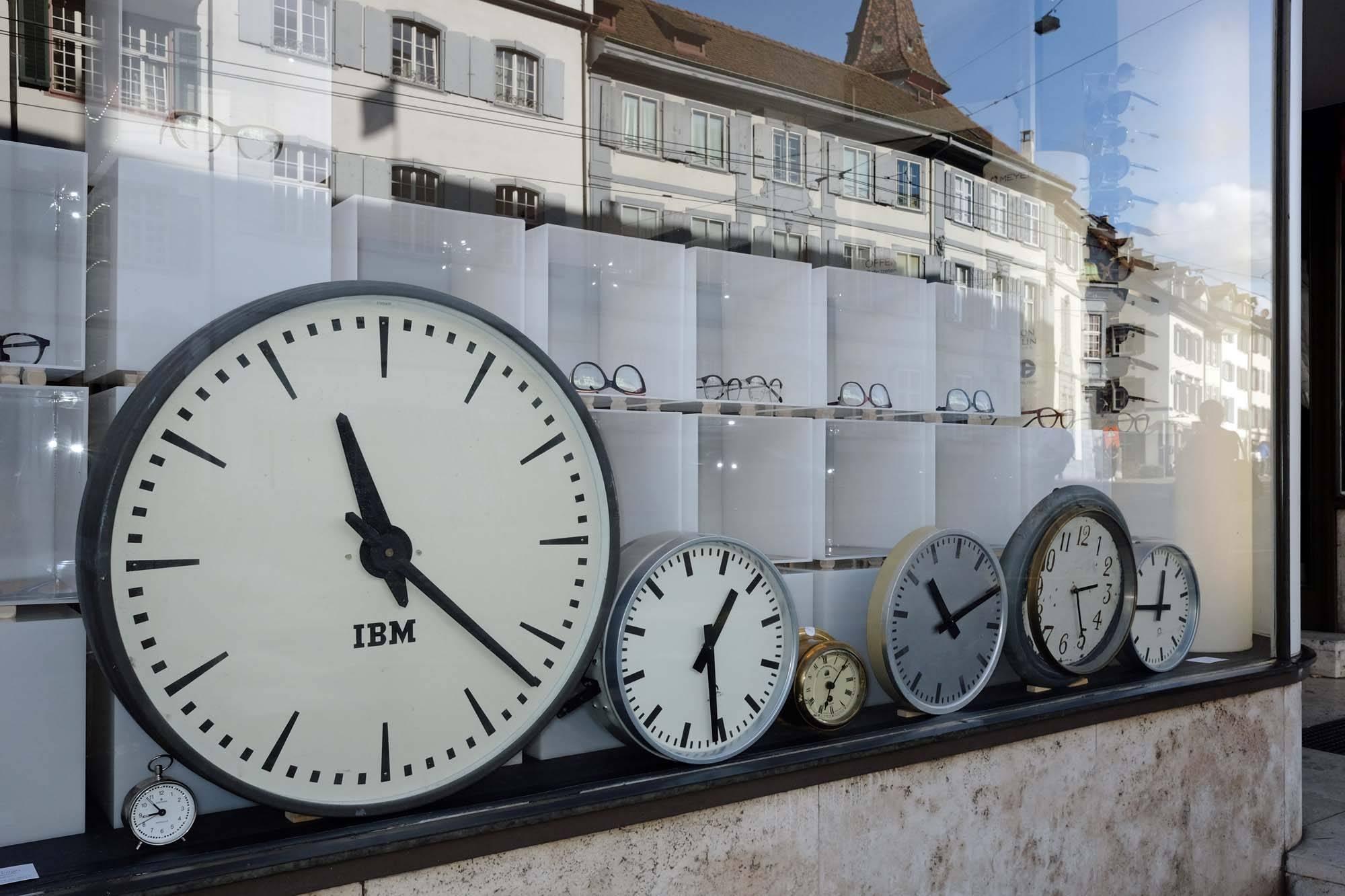 Schaufenster Nr. 61: Die Uhren stehen still - die Zeit nicht!