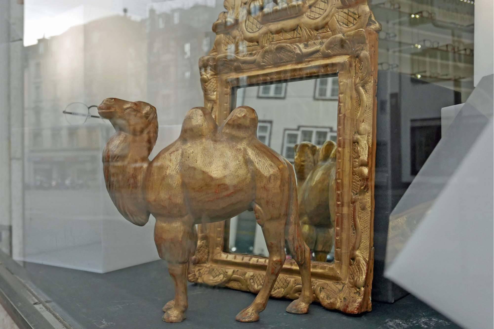 """Schaufenster Nr. 013: Christian Stöger's Antiquitäten """"Zu Gast im optik atelier"""""""