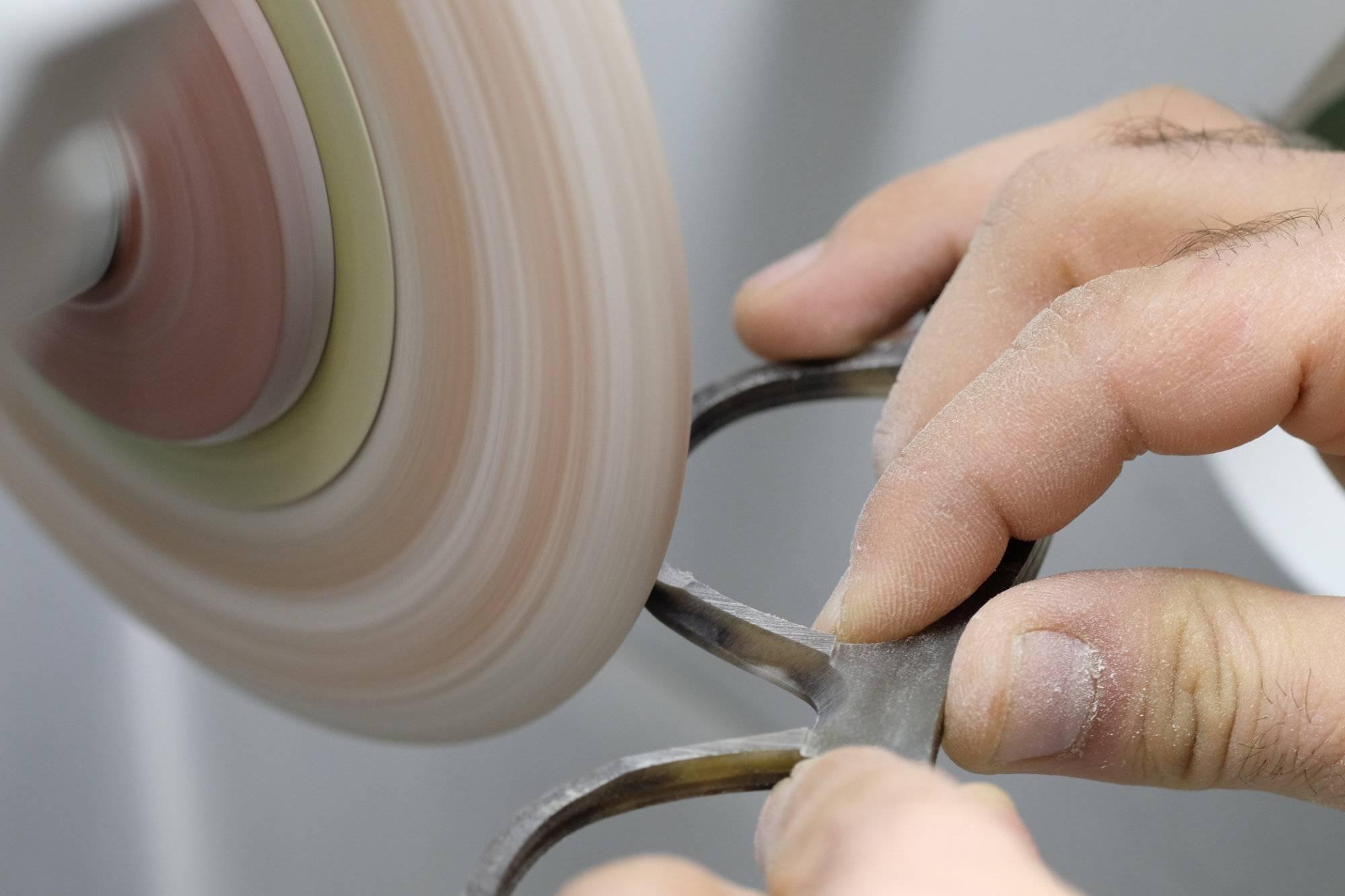 Im Hornbrillen-Atelier von Swisshorn